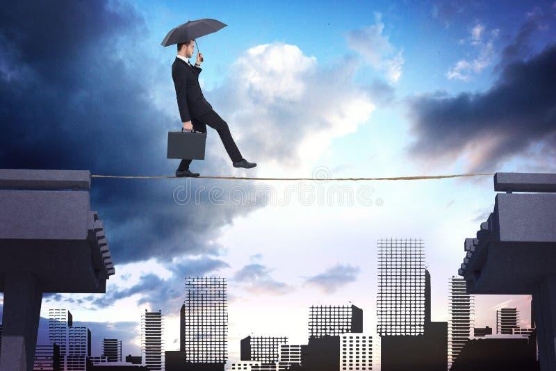 Samengesteld beeld van de aktentas van de zakenmanholding onder paraplu stock foto