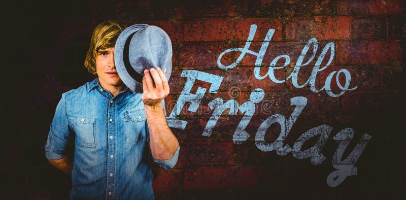Samengesteld beeld van de geconcentreerde hipster mens die zijn gezicht verbergen stock fotografie