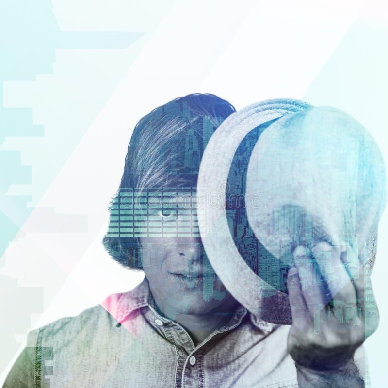 Samengesteld beeld van de geconcentreerde hipster mens die zijn gezicht verbergen stock foto's
