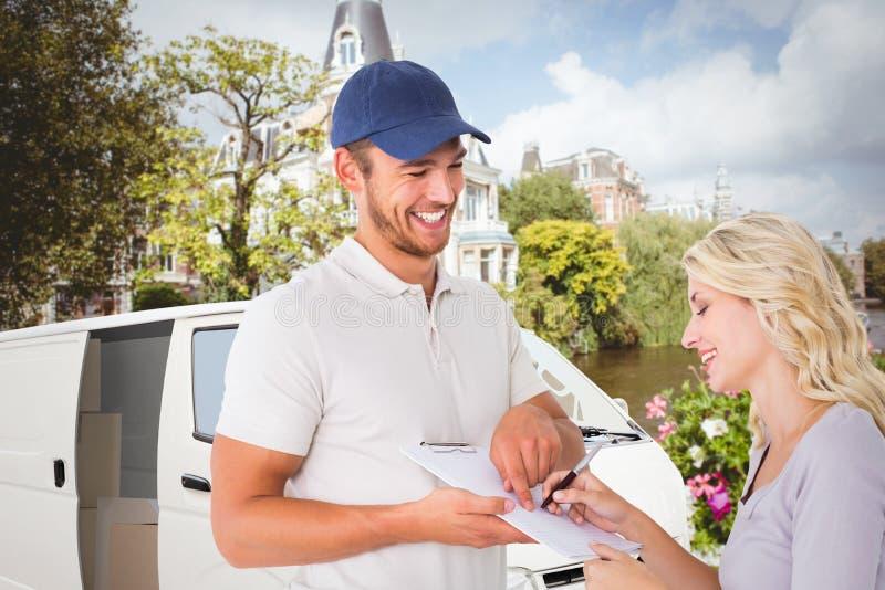Samengesteld beeld van de gelukkige leveringsmens die handtekening van klant krijgen stock afbeelding