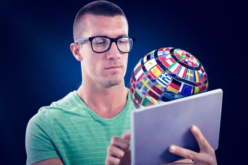 Samengesteld beeld van de mens die glazen dragen terwijl het gebruiken van tabletcomputer stock fotografie