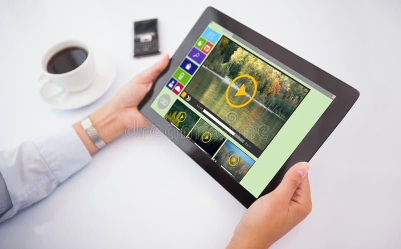 Samengesteld beeld van de mens die tabletpc met behulp van royalty-vrije stock afbeelding