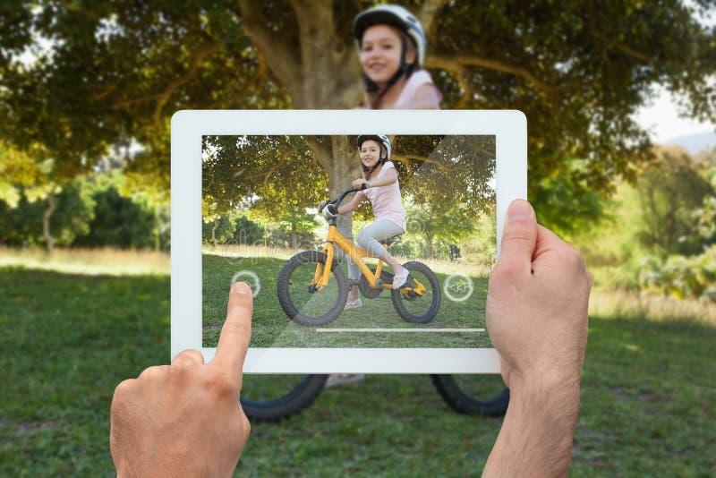 Samengesteld beeld van de tabletpc van de handholding royalty-vrije stock afbeelding