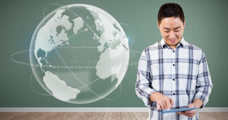 Samengesteld beeld van de vrolijke mens die tabletcomputer met behulp van stock afbeelding