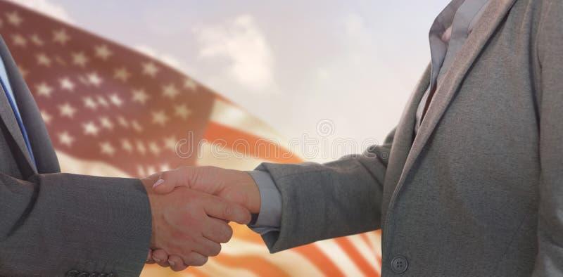 Samengesteld beeld van dichte omhooggaand op twee zakenlui die handen schudden stock afbeelding