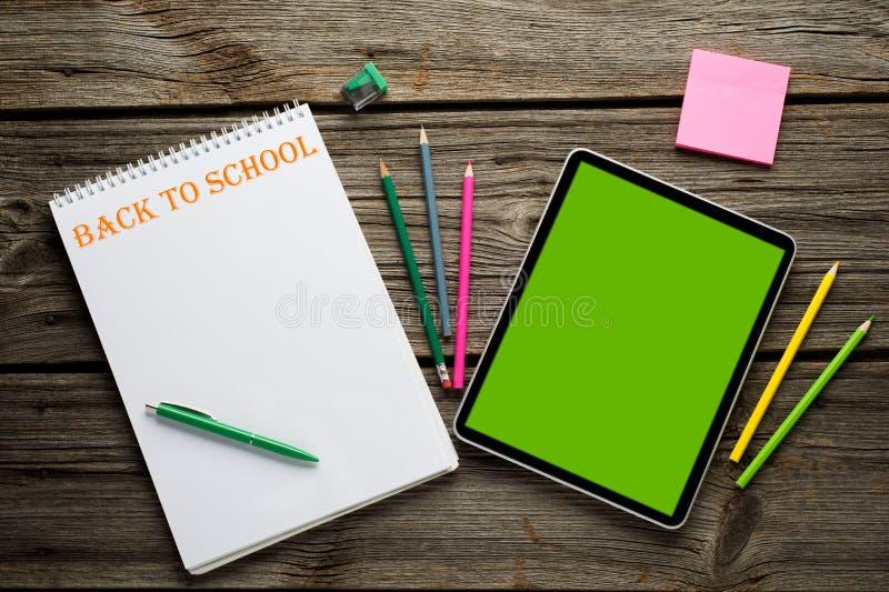 Samengesteld beeld van digitale tablet op studentenbureau stock afbeelding