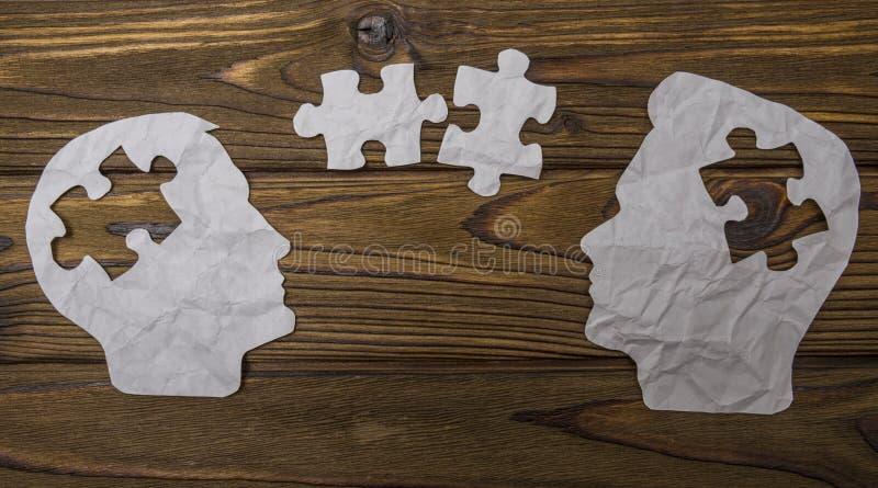 Samengesteld beeld van document in de vorm van twee hoofdsilhouetten op een houten achtergrond royalty-vrije stock foto's
