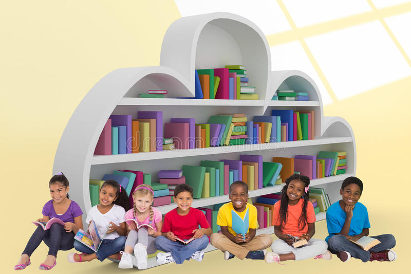 Samengesteld beeld van elementaire leerlingen die boeken lezen royalty-vrije stock fotografie