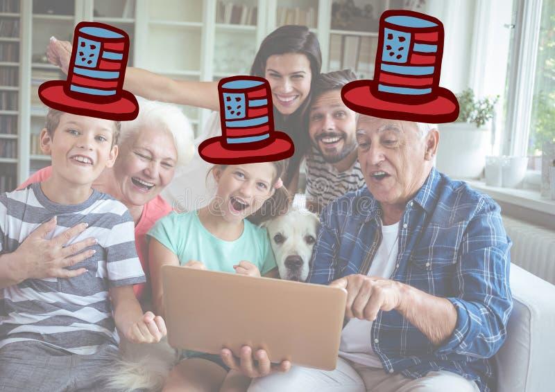 Samengesteld beeld van familie het letten op bij de digitale tablet met vierde van juli-hoeden royalty-vrije stock foto