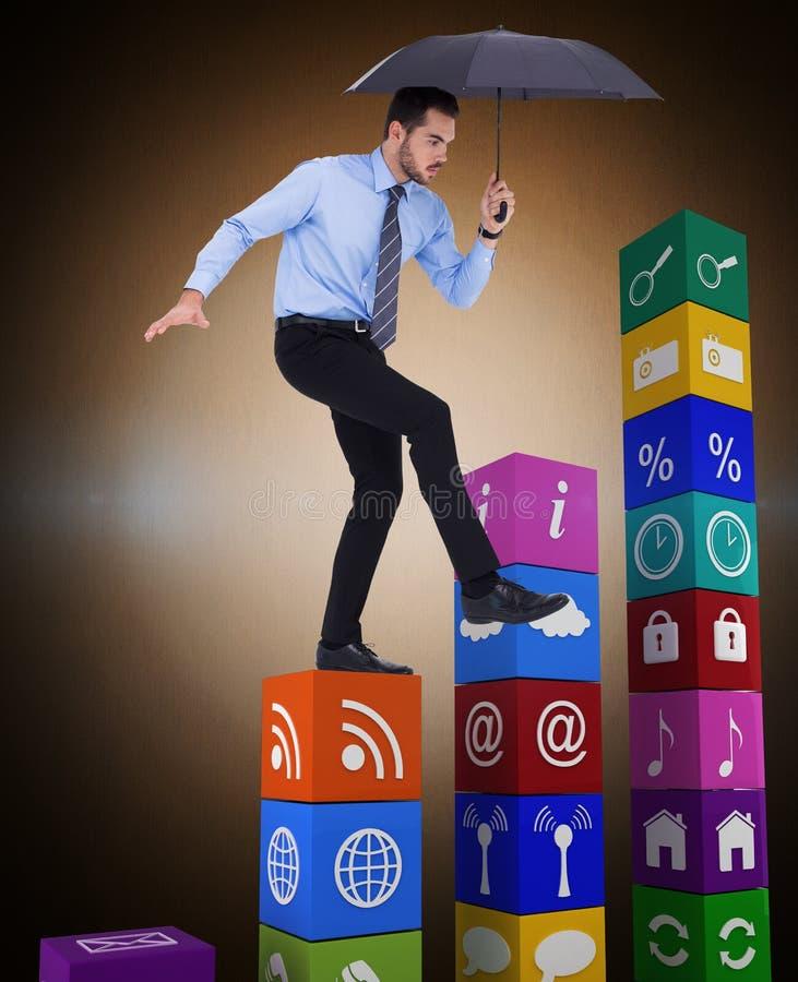 Samengesteld beeld van geconcentreerde zakenmanholding paraplu en het in evenwicht brengen royalty-vrije stock fotografie
