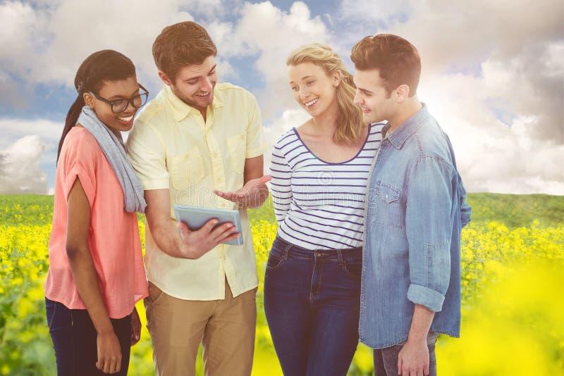 Samengesteld beeld van gelukkig creatief team die een tabletpc met behulp van stock foto
