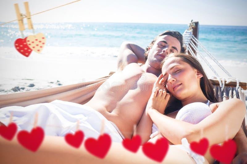 Samengesteld beeld van gelukkig paar die samen in de hangmat dutten royalty-vrije stock afbeelding