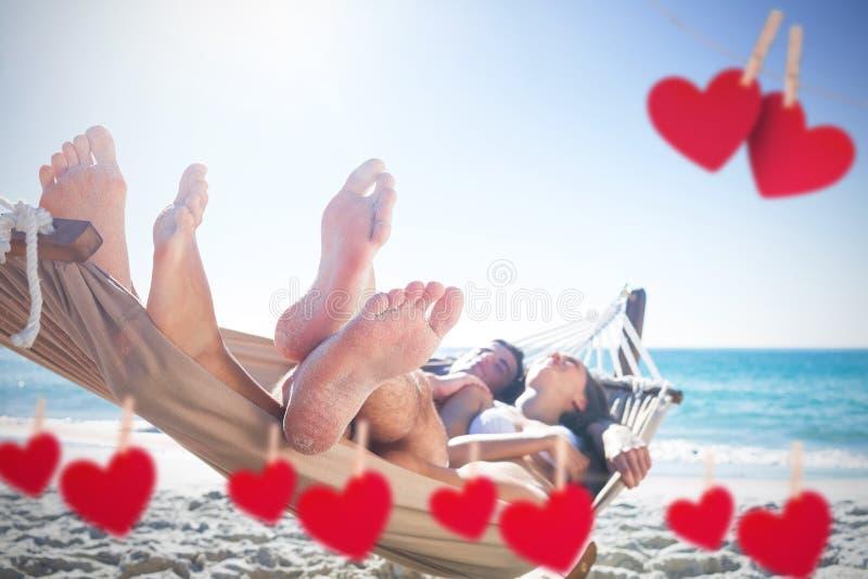 Samengesteld beeld van gelukkig paar die samen in de hangmat dutten stock afbeelding