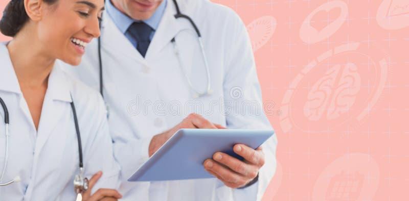 Samengesteld beeld van gelukkige artsen die klembord bekijken stock foto's