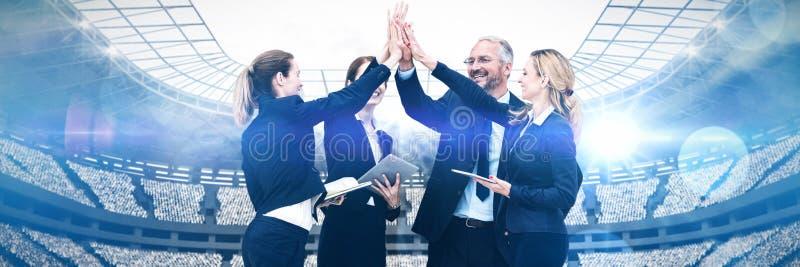 Samengesteld beeld van gelukkige bedrijfsmensen die hoogte vijf geven tegen witte achtergrond royalty-vrije stock foto's
