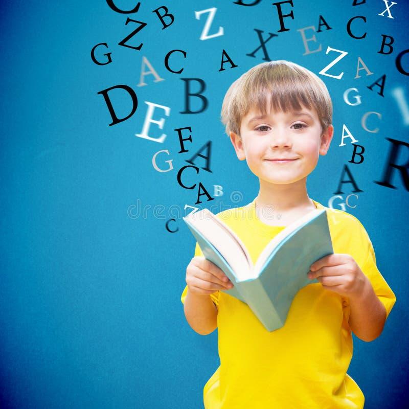 Samengesteld beeld van gelukkige leerling met boek royalty-vrije stock afbeeldingen