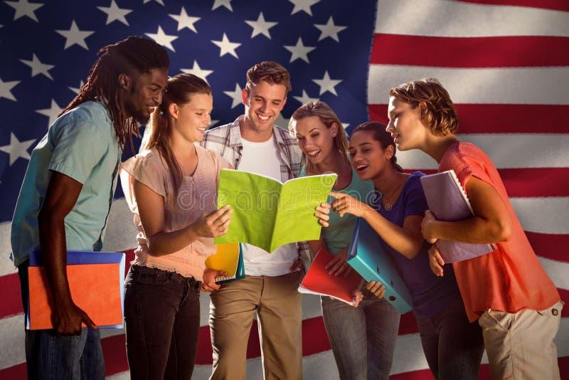 Samengesteld beeld van gelukkige studenten buiten op campus royalty-vrije stock foto's