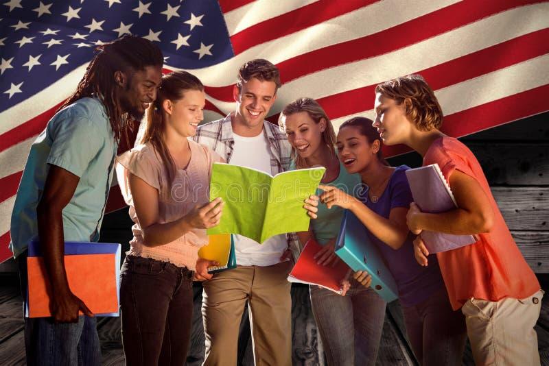 Samengesteld beeld van gelukkige studenten buiten op campus stock afbeelding