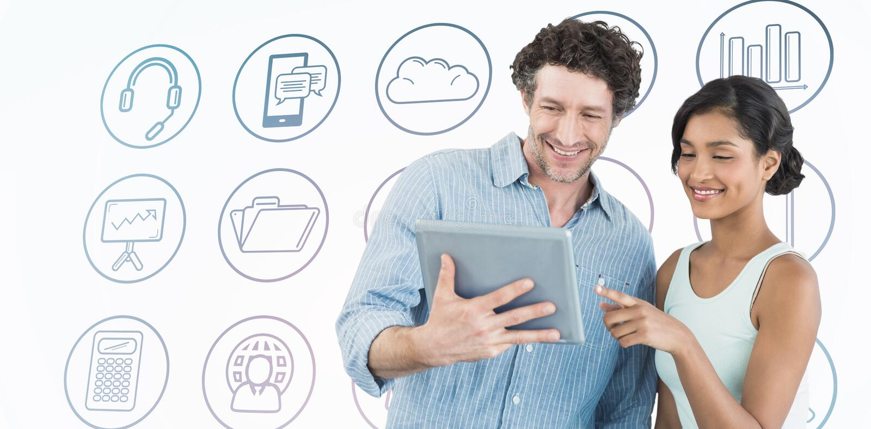 Samengesteld beeld van glimlachende bedrijfsmensen die digitale tablet gebruiken royalty-vrije stock foto