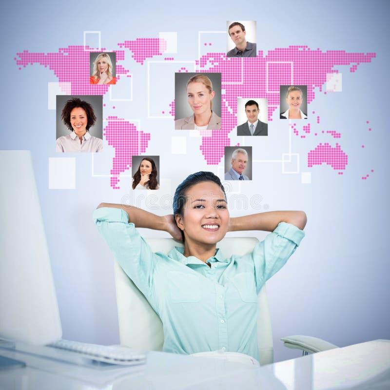 Samengesteld beeld van glimlachende onderneemster met handen achter hoofd stock afbeeldingen