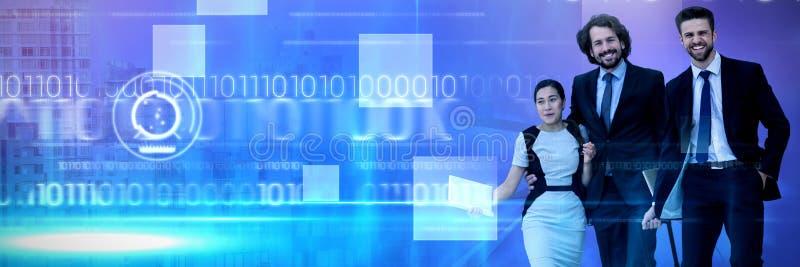 Samengesteld beeld van glimlachende zakenlieden met het vrouwelijke collega lopen tegen witte achtergrond royalty-vrije stock foto