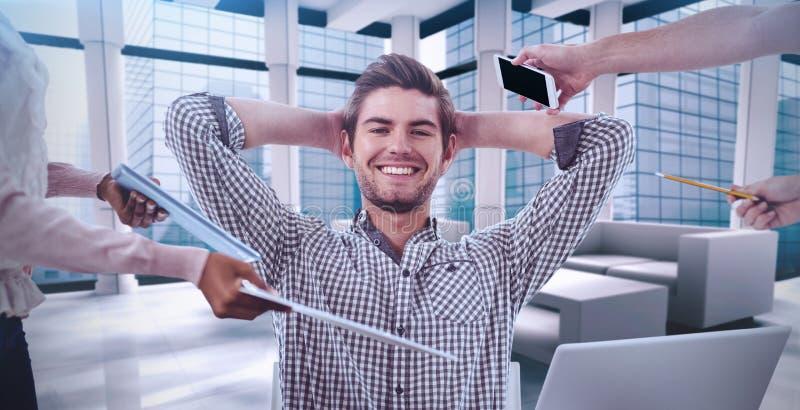 Samengesteld beeld van glimlachende zakenman die punten worden overhandigd royalty-vrije stock afbeelding