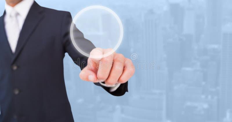 Samengesteld beeld van glimlachende zakenman in kostuum het richten stock foto
