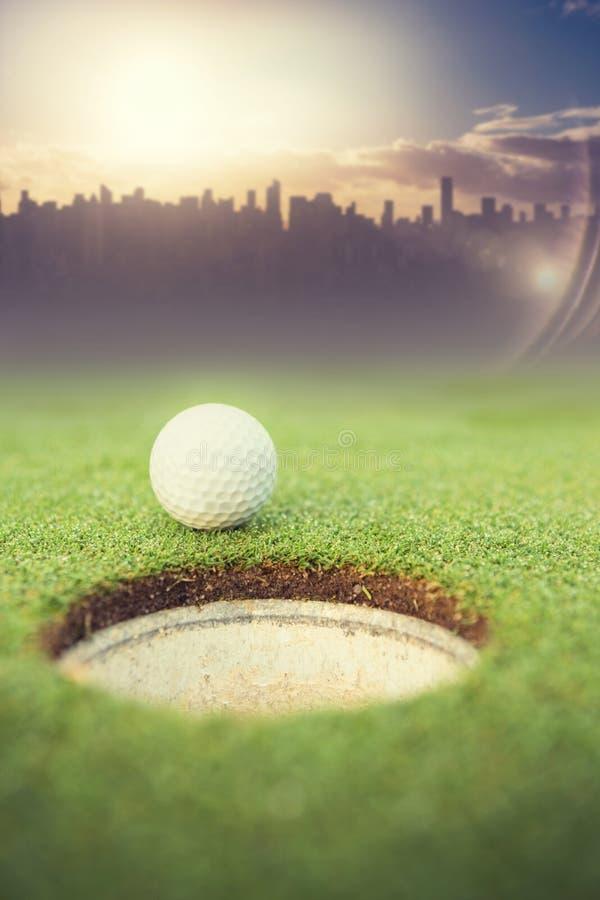 Samengesteld beeld van golfbal bij de rand van het gat royalty-vrije stock foto