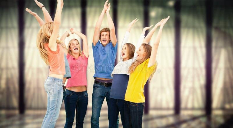 Samengesteld beeld van groep vrienden die aangezien zij in de lucht springen en bij elkaar bekijken toejuichen stock fotografie