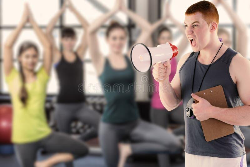 Samengesteld beeld van het boze persoonlijke trainer schreeuwen door megafoon stock foto's