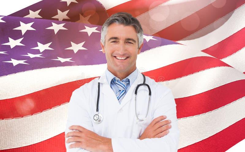 Samengesteld beeld van het gelukkige arts glimlachen bij camera royalty-vrije stock fotografie