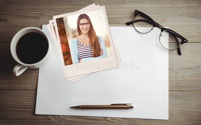 Samengesteld beeld van het jonge creatieve arbeider glimlachen bij camera stock foto