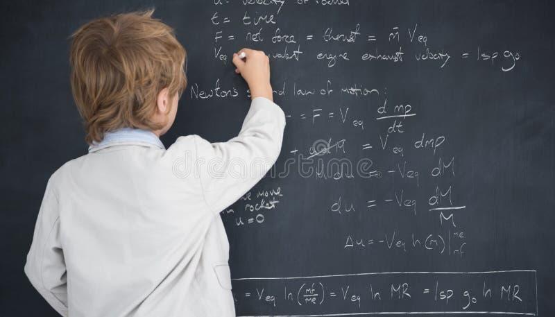 Samengesteld beeld van het leuke leerling aan boord schrijven stock afbeelding