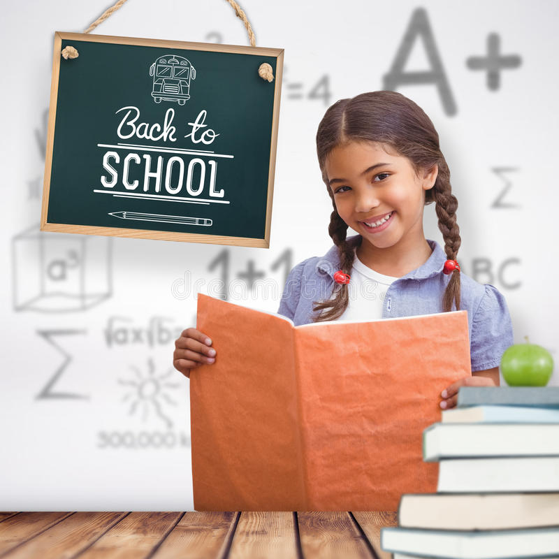 Samengesteld beeld van het leuke leerling glimlachen bij camera tijdens klassenpresentatie royalty-vrije stock foto