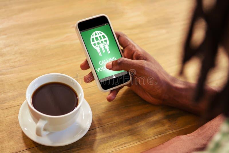 Samengesteld beeld van het roepen van vrijwilligerstekst met pictogrammen op het groene scherm stock afbeelding