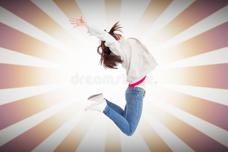 Samengesteld beeld van het vrolijke jonge vrouw springen stock foto's