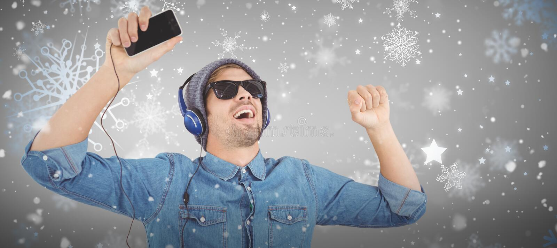 Samengesteld beeld van hipster die zonnebril dragen die van muziek genieten royalty-vrije stock afbeeldingen