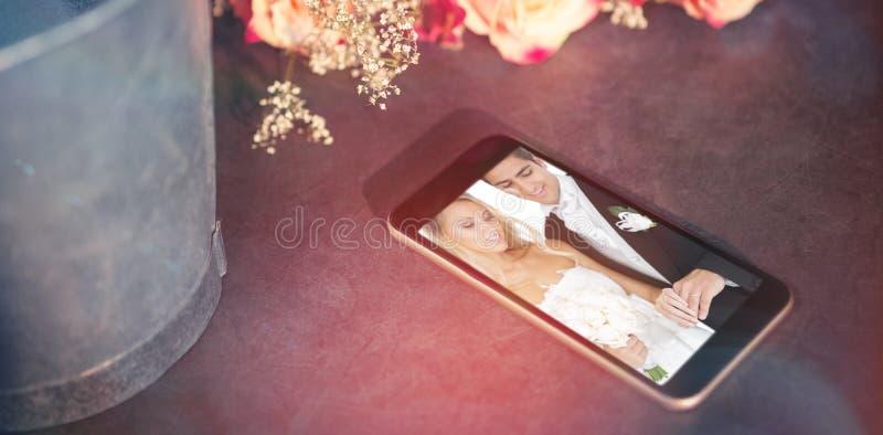 Samengesteld beeld van hoge hoekmening van mobiele telefoon door bloem stock foto's