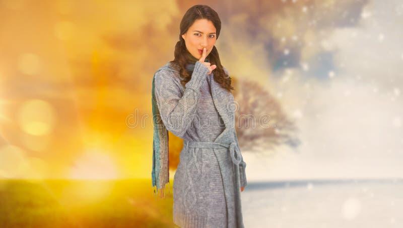 Samengesteld beeld van jong model met de winterkleren die geheim houden royalty-vrije stock afbeeldingen
