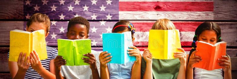 Samengesteld beeld van kinderen die boeken lezen bij park royalty-vrije stock fotografie