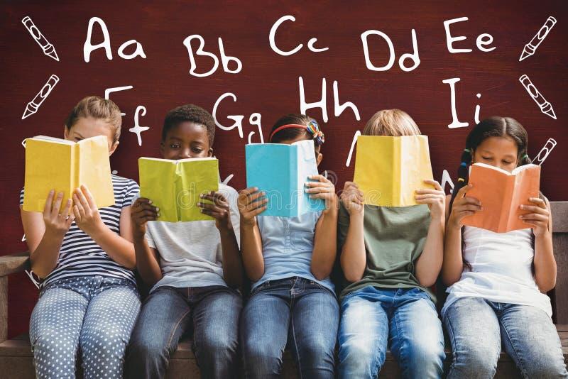 Samengesteld beeld van kinderen die boeken lezen bij park stock foto