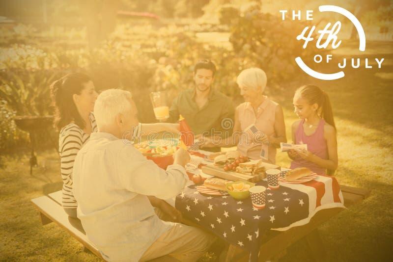 Samengesteld beeld van kleurrijke gelukkige vierde van juli-tekst tegen witte achtergrond royalty-vrije illustratie