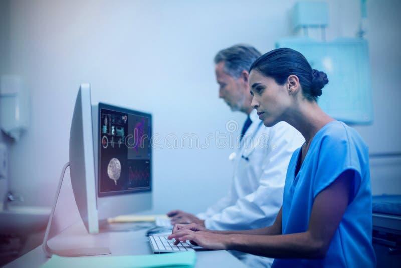 Samengesteld beeld van menselijke hersenen met diverse medische rapporten stock foto