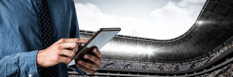 Samengesteld beeld van mid-section van de bedrijfsmens die een tablet gebruiken royalty-vrije stock fotografie