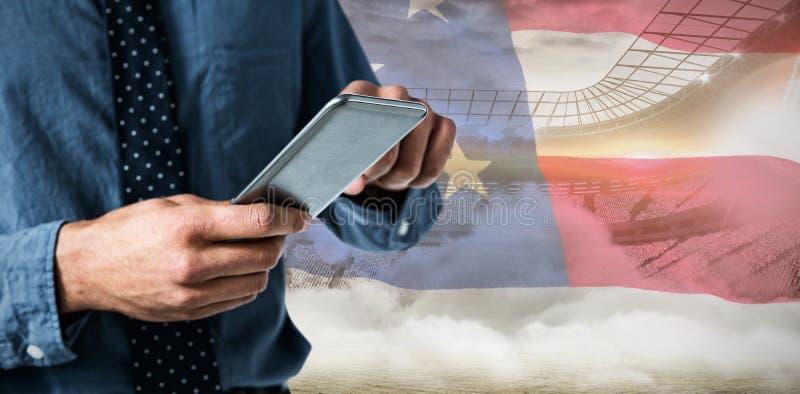 Samengesteld beeld van mid-section van de bedrijfsmens die smartphone gebruiken royalty-vrije stock afbeelding
