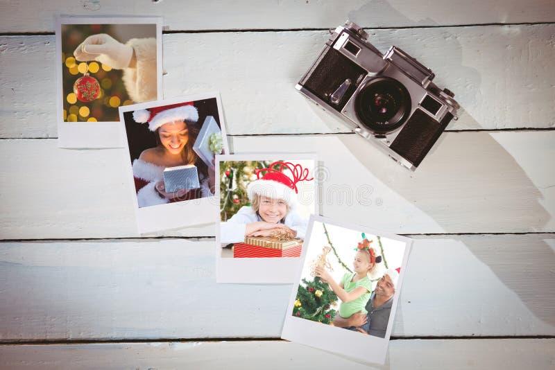 Samengesteld beeld van mooi brunette in santauitrusting het openen gift royalty-vrije stock afbeeldingen