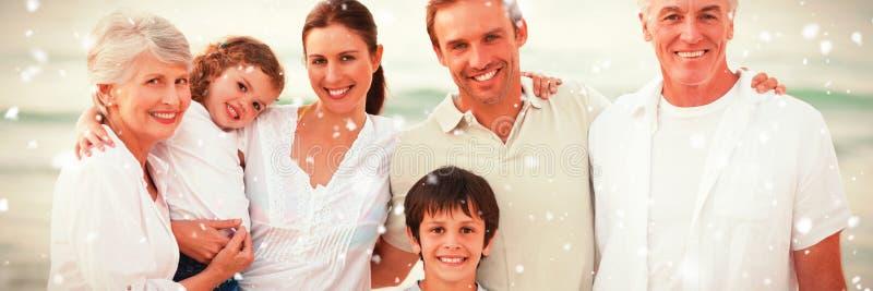 Samengesteld beeld van mooie familie bij het strand royalty-vrije stock afbeeldingen