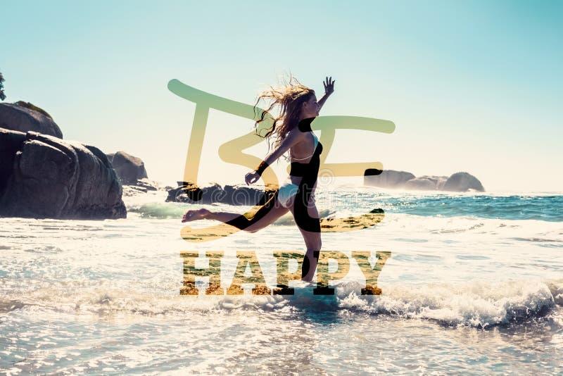 Samengesteld beeld van mooie glimlachende vrouw in witte bikini die op het strand overslaan stock fotografie