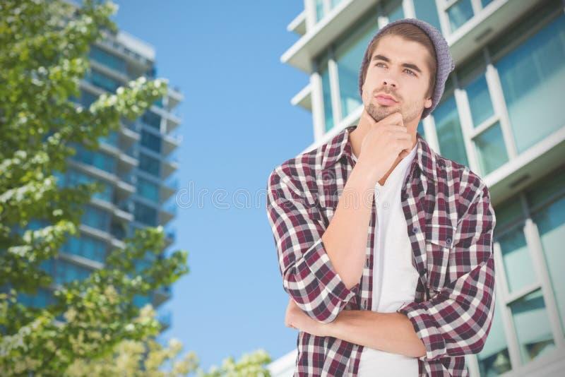Samengesteld beeld van nadenkende hipster tegen witte achtergrond stock fotografie