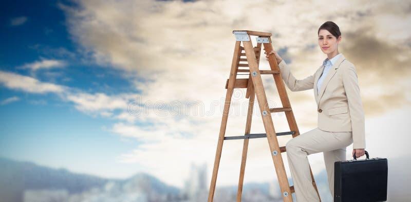 Samengesteld beeld van onderneemster die carrièreladder met aktentas beklimmen en camera bekijken stock fotografie
